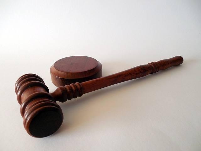 un gavel que uso un juez. es muy importante ser honesto en su solicitud para la licencia de construccion